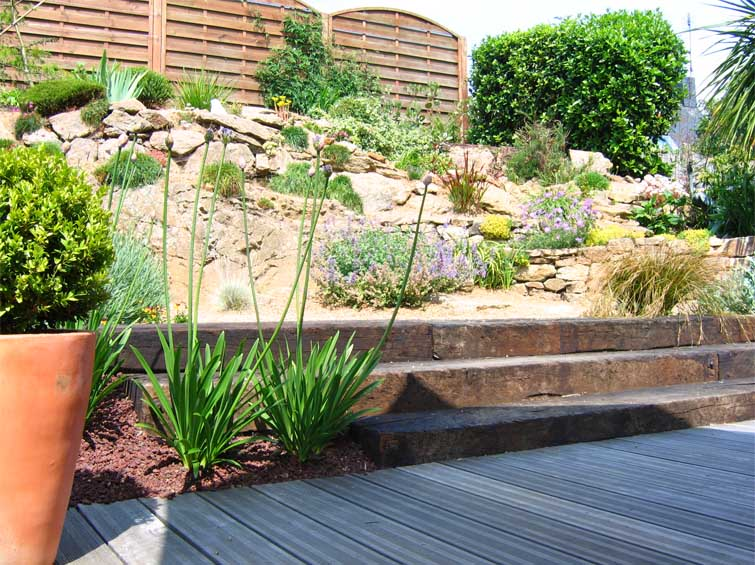Beautiful massif rocaille jardin photos design trends for Massif moderne jardin
