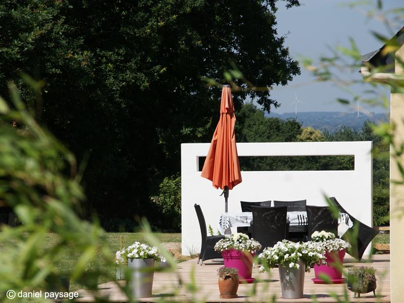 Mur-Platoflex-terrasse-bois-éoliennes-mobilier-poteries