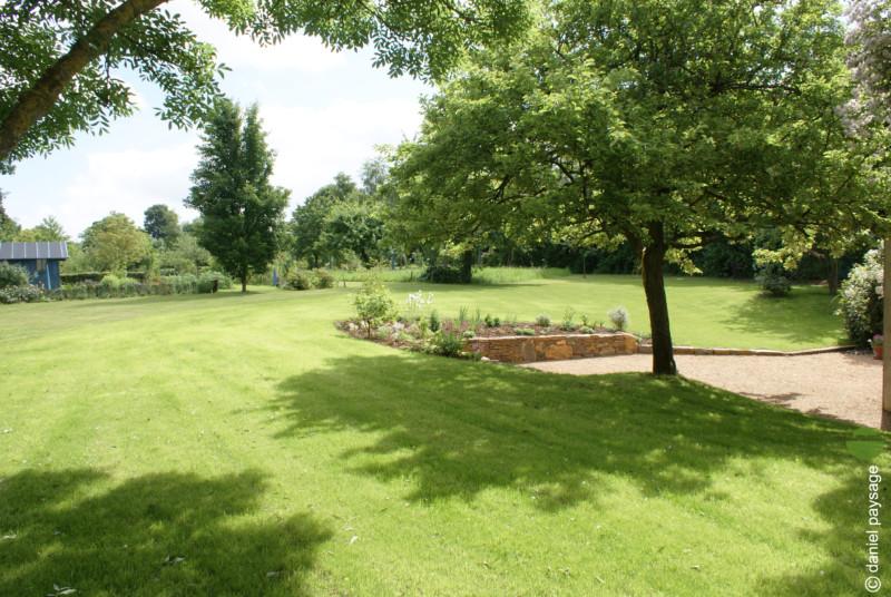 gazon avec muret et jardin arbore