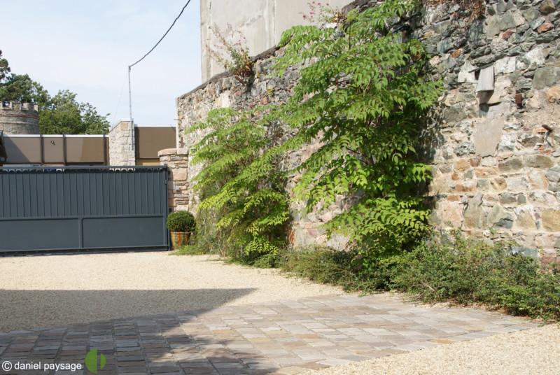portail alu mur en pierres avec grimpantes