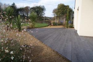 Une terrasse pour allier le jardin et la maison